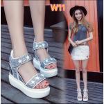 รองเท้าแฟชั่น แบบสวม รัดส้น ส้นเตารีด แต่งหนังกลิสเตอร์ลายดาว ดีไซน์เก๋ ทรงสวยเก็บหน้าเท้า พื้น PU น้ำหนักเบา เสริมส้น 2 ระดับ เอาใจสาวไซส์เล็ก ให้โดดเด่นมั่นใจ ความสูงด้านหน้าประมาณ 2.5 ด้านหลัง 5 นิ้ว ใส่สบาย แมทสวยได้ทุกชุด