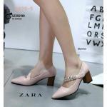 รองเท้าคัทชู ส้นเตี้ย สไตล์ ZARA ดีเทลสายคาดเฉียงแบบเมจิกเทป สายแต่งอะไหล่สีเงิน ดูหรูหรา วัสดุ PU ทรงหัวแหลม ส้นหนาแข็งแรง พื้นนิ่มไม่เจ็บเท้า สวมใส่อย่างมั่นใจ ส้นสูง 2 นิ้ว ใส่สบาย แมทสวยได้ทุกชุด