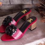 รองเท้าแฟชั่น ส้นสูง แบบสวมคาดหน้าแต่งดอกคามิเลียติอะไหล่ CC สไตล์ชาแนล ทรงสวยเพรียว ส้นลายไม้เก๋ๆ สูงประมาณ 2 นิ้ว ใส่สบาย แมทสวยได้ทุกชุด (FT-390)
