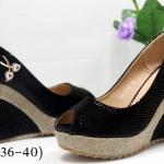 รองเท้าคัทชู ส้นเตารีด หนังลายแต่งอะไหล่หรูด้านข้าง เปิดนิ้วเล็กน้อย ส้นตัดสีทูโทนสวยดูดี หนังนิ่มใส่สบาย ส้นสูงประมาณ 5 นิ้ว เสริมหน้า ทรงสวย ใส่สบาย แมทสวยได้ทุกชุด