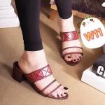 รองเท้าแฟชั่น ส้นสูง แบบสวม คาดหน้าพลาสติกใสเก๋ๆ แต่งหนังลายสไตล์อิซเซ่ ส้นตัดสูงประมาณ 2 นิ้ว ใส่สบาย แมทสวยได้ทุกชุด