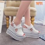 รองเท้าแฟชั่น แบบสวม รัดส้น ส้นเตารีด แต่งหนังกลิสเตอร์ ดีไซน์เก๋ ทรงสวยเก็บหน้าเท้า พื้น PU น้ำหนักเบา เสริมส้น 2 ระดับ เอาใจสาวไซส์เล็ก ให้โดดเด่นมั่นใจ ความสูงด้านหน้าประมาณ 2.5 ด้านหลัง 5.5 นิ้ว ใส่สบาย แมทสวยได้ทุกชุด