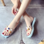 รองเท้าแตะแฟชั่น แบบสวม คาดหน้าพลาสติกใสนิ่มแต่งหมุดหลากสี พื้นเหลี่ยมสวยเก๋ ใส่สบาย แมทสวยได้ทุกชุด (602)