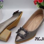 รองเท้าคัทชู ส้นเตี้ย แต่งคลิสตัลเพชรด้านหน้าสวยหรู ส้นลายไม้ สูงประมาณ 2 นิ้ว หนังนิ่ม พื้้นนิ่ม ทรงสวย ใส่สบาย แมทสวยได้ทุกชุด
