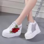 รองเท้าผ้าใบแฟชั่น เสริมส้น แต่งดอกไม้ปักสวยหวาน ทรงสวย พื้น PU น้ำหนักเบา เสริมส้น 2 ระดับ เอาใจสาวไซส์เล็ก ให้โดดเด่นมั่นใจ สูงหน้าประมาณ 2.5 ด้านหลัง 5 นิ้ว เสริมด้านใน ใส่สบาย แมทสวยได้ทุกชุด