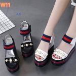 รองเท้าแฟชั่น แบบสวม รัดส้น ส้นเตารีด แต่งคาดแถบสีประดับมุกด้านหน้าสไตล์กุชชี่ ดีไซน์เก๋ ทรงสวย พื้น PU น้ำหนักเบา เสริมส้น 2 ระดับ เอาใจสาวไซส์เล็ก ให้โดดเด่นมั่นใจ ความสูงด้านหน้าประมาณ 2.5 ด้านหลัง 5.5 นิ้ว ใส่สบาย แมทสวยได้ทุกชุด