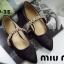 พร้อมส่ง รองเท้าคัทชูส้นแบนหัวแหลมสีดำ ผ้าซาติน สไตล์แบรนด์ MIU MIU แฟชั่นเกาหลี [สีดำ ] thumbnail 3